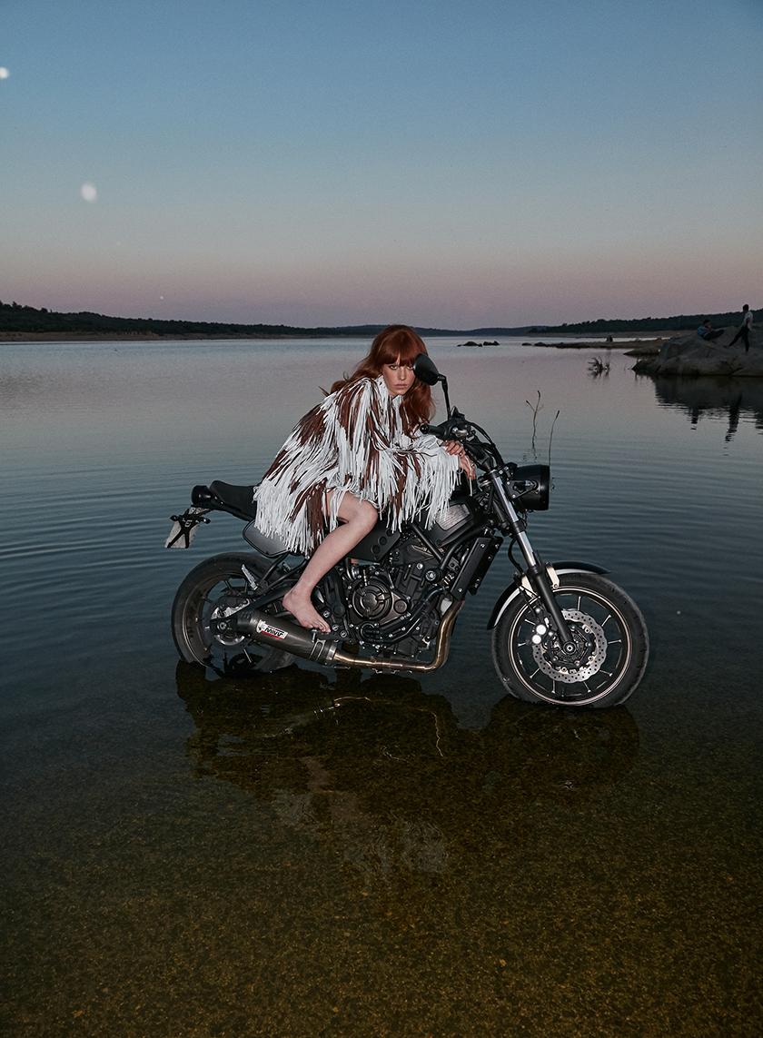 Flora Musy posando en la moto | 8 Artist Management